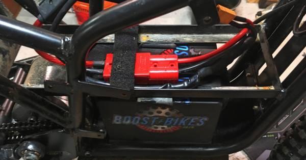 Nærbillede af stik til batteri pakke - Kuberg Hero med Boost-Bikes batteri